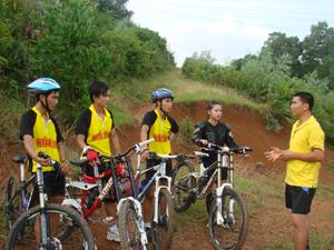 Các VĐV xe đạp Hòa Bình trong một buổi luyện tập tại đồi ông Tượng (TPHB).