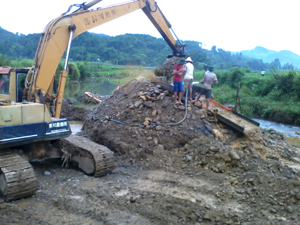 Với danh nghĩa đưa máy xúc về giúp người dân cải tạo, quy hoạch lại diện tích SXNN, một nhóm người đã lợi dụng để khai thác vàng trái phép ở xóm Nội, xã Mông Hóa ngày 19/9/2012 (ảnh do người dân cung cấp).