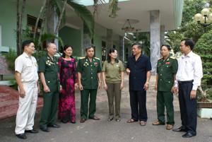 Đồng chí Hoàng Việt Cường, Bí thư Tỉnh ủy trao đổi về công tác Hội với lãnh đạo và cán bộ Hội CCB tỉnh. Ảnh: P.V