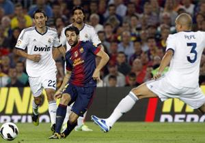 Barcelona gặp nhiều khó khăn trước Real Madrid chơi khá áp sát.