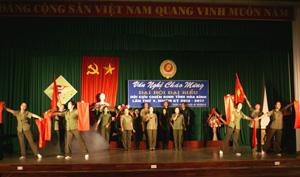 Tốp ca nam, nữ của CLB văn nghệ CCB Hoà Bình biểu diễn tại đêm giao lưu.