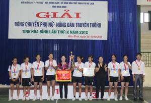 Ban tổ chức trao cúp vô địch, cờ và huy chương cho đội nữ, Hội Phụ nữ huyện Kim Bôi.