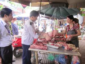 Người tiêu dùng nâng cao ý thức trong lực chọn, sử dụng thực phẩm có dấu kiểm dịch (ảnh tại chợ Phương Lâm – thành phố Hòa Bình).