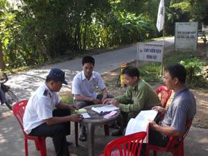 Lực lượng thú y huyện Kỳ Sơn kiểm soát chặt tại chốt kiểm dịch xã Hợp Thịnh.