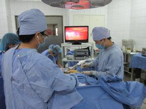 Ca phẫu thuật u xơ tử cung đầu tiên bằng phương pháp nội soi của BVĐK tỉnh.