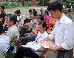 Cán bộ phòng Bảo vệ, chăm sóc trẻ em -  Sở LĐ-TB&XH phát tờ rơi tuyên truyền về quyền  trẻ em đến cán bộ, nhân dân xã Mãn Đức (Tân Lạc).