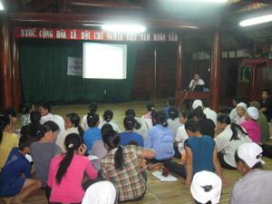 Người dân xóm Ải, xã Phong Phú (Tân Lạc) tham gia lớp tập huấn kỹ năng du lịch cộng đồng.
