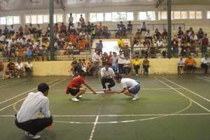 Trận thi đấu chung kết hạng cân 57 kg nữ giữa VĐV Mai (Hòa Bình và Hằng (TP. Hồ Chí Minh).