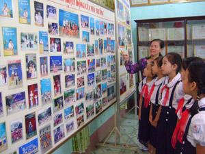 Học sinh trường tiểu học Kim Đồng, thị trấn Đà Bắc tìm hiểu các hoạt động của nhà trường thông qua phòng truyền thống.