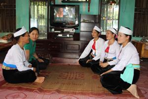 Hội viên phụ nữ xóm Nghĩa, thị trấn Vụ Bản (Lạc Sơn) trao đổi kinh nghiệm nuôi, dạy co tốt.