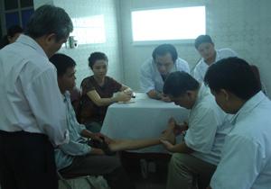 Các bác sĩ Bệnh viện Việt Đức khám sàng lọc cho bệnh nhân khuyết tật vận động.