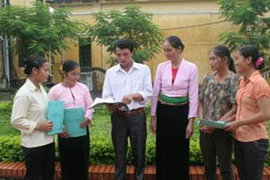 Hà Văn Khuyện, cán bộ chuyên trách dân số xã Nam Sơn (Tân Lạc) trao đổi công tác chuyên môn với các CTV dân số trên địa bàn.
