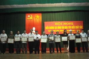 Đồng chí Trần Văn Hoàn, TVTU, Bí thư Thành ủy Hòa Bình tặng giấy khen cho các gia đình văn hóa tiêu biểu xuất sắc giai đoạn 2007- 2012.