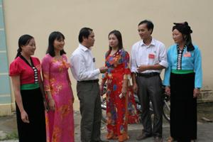 Lãnh đạo Ban Vì sự tiến bộ phụ nữ huyện Đà Bắc trao đổi với cán bộ, công chức, viên chức về tình hình thực hiện Chiến lược quốc gia về bình đẳng giới trên địa bàn.