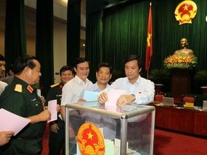 Các Đại biểu Quốc hội bỏ phiều bầu các chức danh lãnh đạo các cơ quan Nhà nước, tại kỳ họp đầu khóa. (Nguồn: TTXVN)