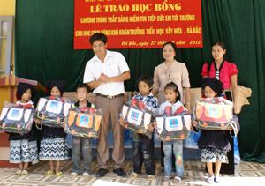 LĐLĐ huyện Đà Bắc và MTTQ huyện tặng cặp phao cho học sinh xã Vầy Nưa - Đà Bắc.