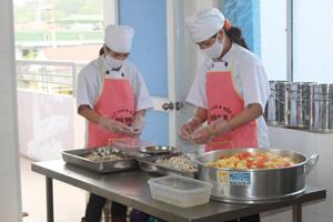 Nhân viên cấp dưỡng trường MN tư thục Sao Mai thực hiện nghiêm ngặt các quy định đảm bảo ATVSTP.
