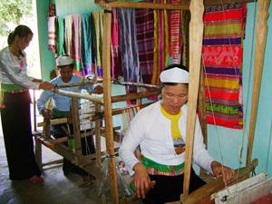 Bà Bùi Thị Hạnh, thôn Bãi Bệ 1, xã Dũng Phong (Cao Phong) dạy chị em trong thôn dệt thổ cẩm.
