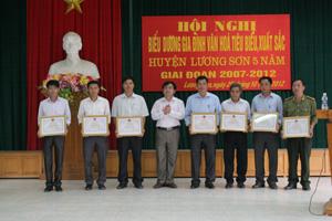 Lãnh đạo huyện Lương Sơn trao giấy khen cho các tập thể có thành tích xuất sắc trong thực hiện phong trào xây dựng gia đình văn hóa giai đoạn 2007- 2012.