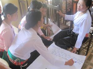 Hội phụ nữ xã Chiềng Châu (Mai Châu) thảo luận nhóm tuyên truyền phòng - chống tệ nạn ma túy, mại dâm , HIV/AIDS.