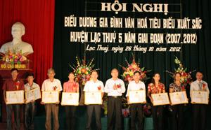 Lãnh đạo UBND huyện Lạc Thuỷ trao giấy khen cho các tập thể có thành tích xuất sắc trong thực hiện phong trào xây dựng gia đình văn hóa giai đoạn 2007- 2012.