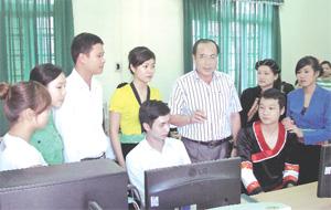 Đồng chí Trần Quang Khánh, Giám đốc Sở Y tế thăm và trò chuyện với giáo viên, học sinh trường trung cấp Y tế Hòa Bình.