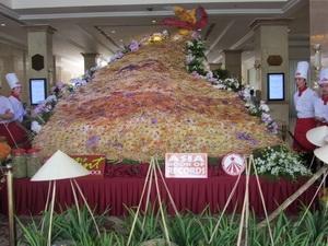 Kỷ lục châu Á mới - bánh Phượng Hoàng vũ lớn nhất. (Ảnh: Hạnh Long/Vietnam+)