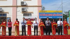 Đồng chí Bùi Văn Cửu, Phó Chủ tịch TT UBND tỉnh cùng lãnh đạo một số đơn vị cắt băng khai trương cơ sở điều trị.