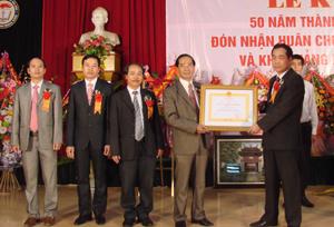 Được sự uỷ quyền của Chủ tịch nước, đồng chí Nguyễn Văn Quang, Phó Bí thư TT Tỉnh uỷ, Chủ tịch HĐND tỉnh trao Huân chương Lao động hạng nhì cho trường Trung cấp Y tế Hoà Bình.