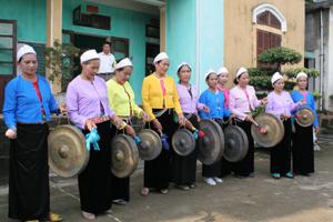 Đội cồng chiêng của Hội NCT xã Trung Bì (Kim Bôi) thường xuyên luyện tập, tham gia biểu diễn trong các ngày lễ kỷ niệm của xã.