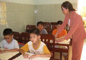 Cô giáo Bùi Thị Xím luôn tậm tâm với lớp học giành cho học sinh khiếm thị.