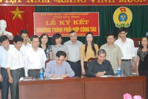 Lãnh đạo Sở LĐ-TB&XH, LĐLĐ tỉnh, BHXH tỉnh và trưởng, phó các phòng, ban chuyên môn của hai cơ quan cùng chứng kiến lễ ký kết.
