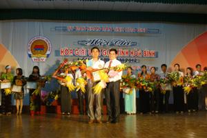 Đ/c Quách Đình Minh – Giám đốc Sở Tư pháp trao giải nhất cho thí sinh Bùi Văn Nam, hòa giải viên thôn Thao Cả, xã Vĩnh Tiến (Kim Bôi).