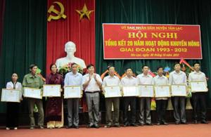 Lãnh đạo UBND huyện trao giấy khen cho 16 tập thể, cá nhân có thành tích xuất sắc trong công tác KN – KL 20 năm.
