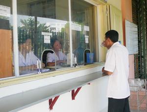 Bệnh nhân uống thuốc Methdone tại cơ sở điều trị Methadone thành phố Hòa Bình.
