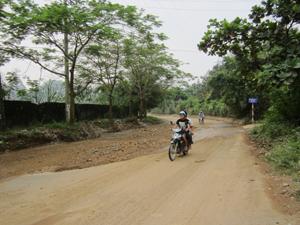 Đường Hòa Bình đất đá lổn nhổn sau những cơn mưa.