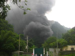 Toàn cảnh vụ cháy kho thuốc BVTV của Công ty Cổ phần Hòa Bình tại xóm Quyết Tiến, xã Thanh Nông (Lạc Thuỷ).