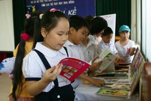 Nguồn sách mới bổ sung được thành viên CLB Hoa Hồng hào hứng đón nhận.