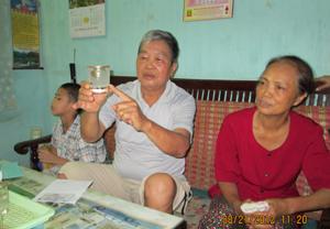 Gia đình ông Nguyễn Trọng Thanh, tổ 19 phường Hữu Nghị và cốc nước sau một thời gian lắng đọng xuất hiện một lớp dày cặn vôi.