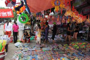 Thị trườngđồ chơi cho trẻ em dịp Tết Trung thu tại TP Hòa Bình đang rất sôi động.