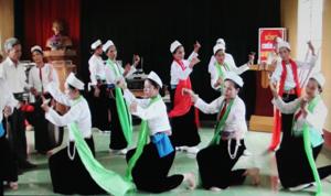 CBL, múa hát dân ca của Hội người cao tuổi xã Tân Lập (Lạc Sơn) biểu diễn chào mừng kỷ niệm ngày truyền thống NCT 1/10/2012.  (ảnh: Hồng Duyên)
