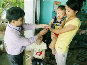 Cán bộ Trung tâm Y tế dự phòng tỉnh kiểm tra, giám sát dịch bệnh TCM tại huyện Tân Lạc.