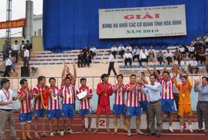 Đồng chí Đoàn Văn Thu, Bí thư Đảng uỷ Khối các cơ quan tỉnh trao cúp vô địch cho đội Sở NN&PTNT tỉnh.