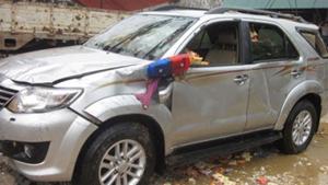 Chiếc xe Fortuner chở Phó giám đốc Sở Công thương Nghệ An được trục vớt sáng 2-10. (Ảnh: vnexpress.net)