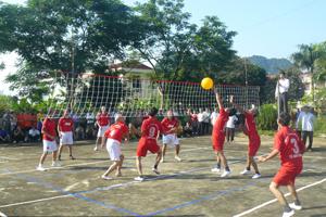 Một trận thi đấu tại giải bóng chuyền hơi người cao tuổi huyện Cao Phong.