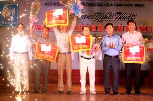 Lãnh đạo Sở VHTT&DL và Hội DNN&V tỉnh trao giải cho các đơn vị đạt giải nhất, nhì, ba toàn đoàn.