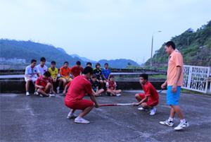 HLV môn kéo co - đẩy gậy Vũ Anh Tiến hướng dẫn kỹ thuật thủ, công trong thi đấu môn đẩy gậy cho các VĐV.