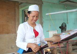 Chị Dương Thị Bin, xóm Lục 2, xã Yên Nghiệp (Lạc Sơn) là người góp phần khôi phục nghề dệt truyền thống của địa phương.