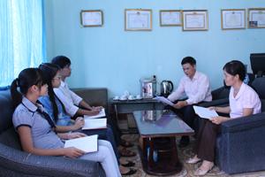 Cán bộ Trung tâm DS/KHHGĐ huyện Lạc Thủy họp triển khai kế hoạch truyền thông dân số tại các địa phương có nhiều trường hợp sinh con thứ 3.