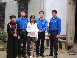 Từ nguồn quỹ Tình thương do Đoàn xã phát động, những năm qua, Đoàn xã Yên Lạc (Yên Thuỷ) đã tặng nhiều suất quà cho người khuyết tật trên địa bàn. Ảnh: Bình Giang